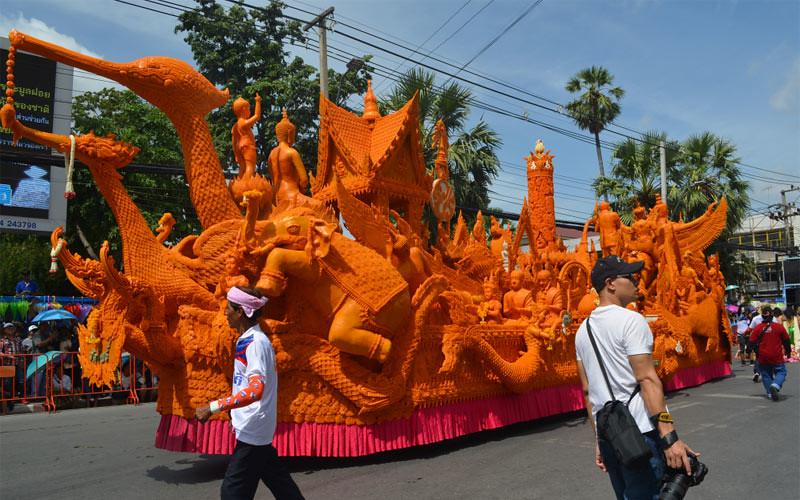 Salah satu kendaraan hias menampilkan ukiran lilin dalam menyambut masa vassa di Thailand