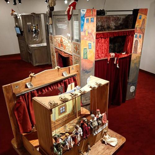 国立新美術館での展示と違って、柵がないので人形との距離が近い。
