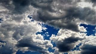 Nubes y trocitos de cielo azul