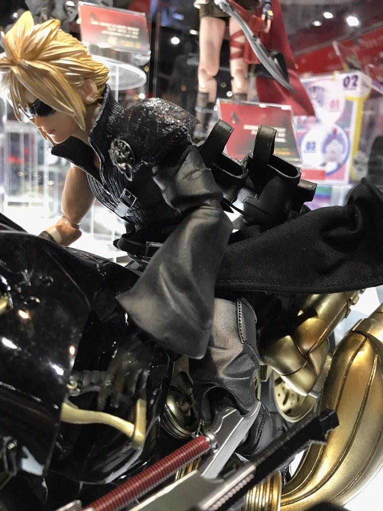 兩側劍匣展開!PLAY ARTS改《Final Fantasy VII 降臨神子》芬里爾&克勞德(フェンリル&クラウド) ver.2
