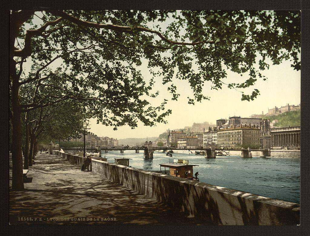 Quai de Saone à Lyon en 1900 : Vue sur la passerelle du Palais de Justice.