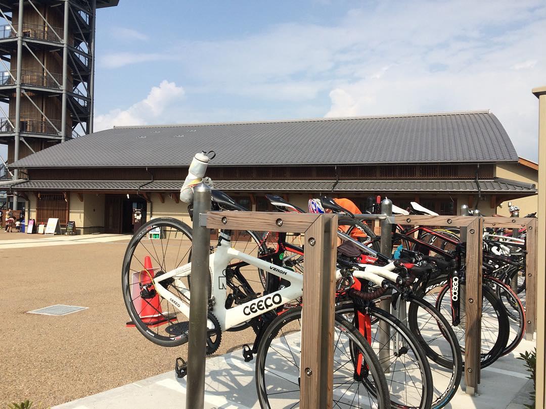 御幸橋袂の淀川河川公園の休憩所は、サイクリストだらけ。暑いしきついもんなあ