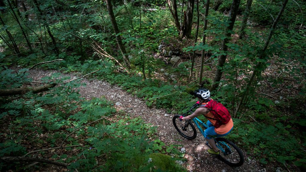 Maastossa pyörän kanssa