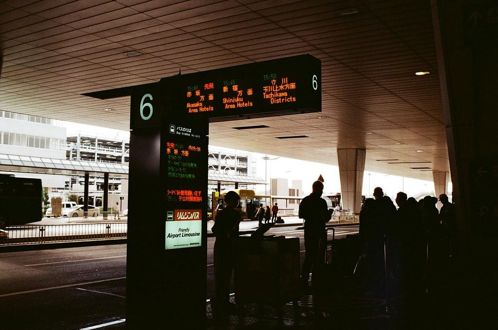 成田機場 Tokyo, Japan / Kodak ColorPlus / Nikon FM2 回到了成田機場,但我卻有點想不起來接下來自己跑去了哪裡,好像去了第三航站吃了一碗烏龍麵,然後找個位置寫明信片,最後急急忙忙跑到第二航站寄出去。  我記得那時候想用海運的方式寄給妳,只因為我想要讓它在海上漂流久一點。  我好像也在外面流浪很久了,是該回家的時候了。  Nikon FM2 Kodak ColorPlus ISO200 Nikon AI AF Nikkor 35mm F/2D 1003-0033 Photo by Toomore