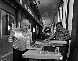 Sigue la vida en los soportales de la Plaza Mayor de Madrid.