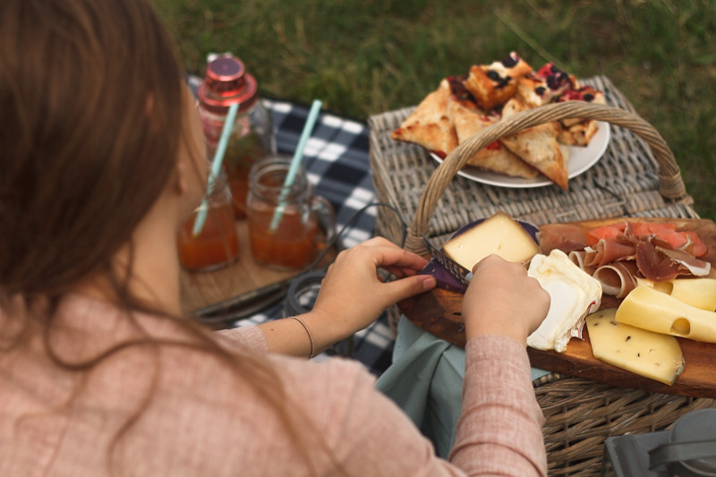 Picknick-mit-Käseplatte-Tea-Time