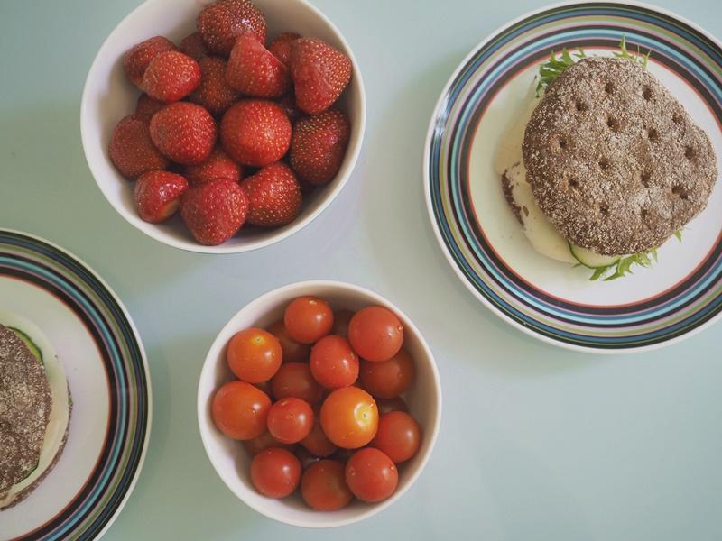 kevyt-aamupala-ruisleipä-mansikat-tomaatit