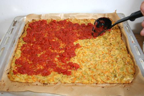 51 - Teigboden mit Tomatensauce bestreichen / Vover dough with tomato sauce