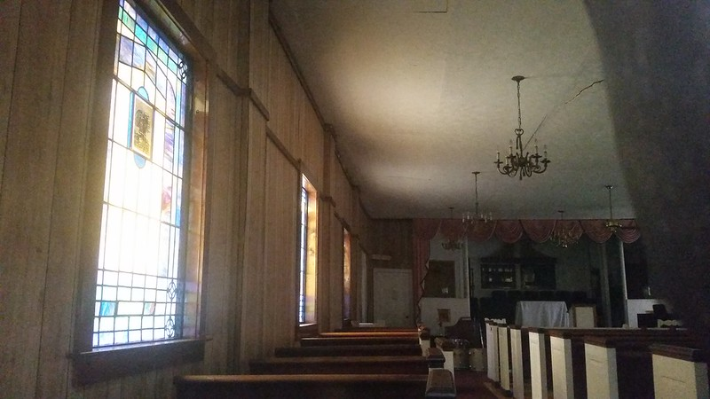 20170722_192325 2017-07-22 Christ Church Midtown 645 8th St. N.W. Atlanta inside through front window stained glass pew pews