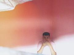 好久不見,Flickr。  好久沒回來,你們都還好嗎。這幾天適逢有些通知回來晃晃,順道也記錄一下搬到新住處這件事吧。  新住處是粉紅色的,之前也曾參觀過屋主的其他出租家,房子裡無論是走廊或是房間都漆上了粉紅色。參觀這家決定入住的房子時忍不住問男屋主,你很喜歡粉紅色嗎。  他笑著說,因為女生比較喜歡粉紅色。  什麼嘛,原來是商業考量啊。反正我現在就住在這裡了,雙人床的單人間肆佰五包水電網絡,雖然心底還是惦著有健身設備有泳池的M公寓,但想想肆佰五和陸百的差別還是挺大的呢,這間其實也算不錯吧。  照片是下午五點