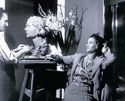 17g18 Apel·les Fenosa haciendo su retrato de Coco Chanel verano de 1939 Foto George Hoyningen-Huene 1