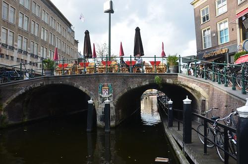 Brücke mit Gastronomie im Zentrum von Leiden