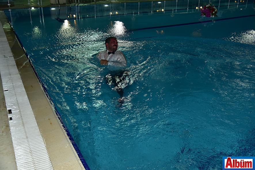 Sefa Çorbacı, düğünün finalini havuza atlayarak yaptı.