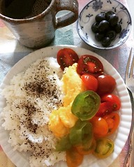 thursday❤︎ #eatingtherainbow #blueberry #colorfultomatoes #omelette #coffee #osaka #japan #ブルーベリー #トマト #彩 #オムレツ #珈琲 #大阪 #米 #ゆかり #rice #yukari