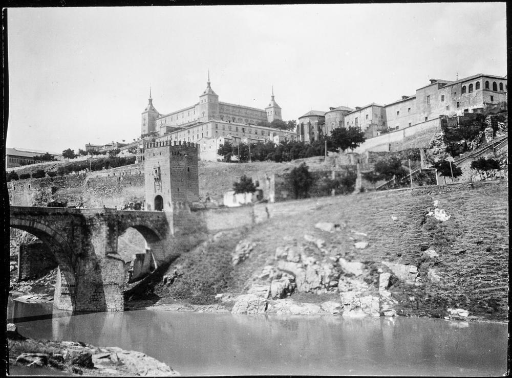 Puente de Alcántara y Alcázar hacia 1906. Fotografía de Charles Fournier © Fototeca del IPCE, MECD. Signatura MOR-004_P