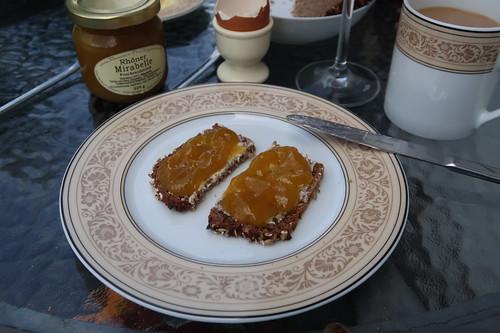 Ziegenkäse (aus dem Regionalladen auf der Wasserkuppe) und Fruchtaufstrich aus Rhöner Mirabellen auf Vollkornbrot (von der Antonius Bäckerei)