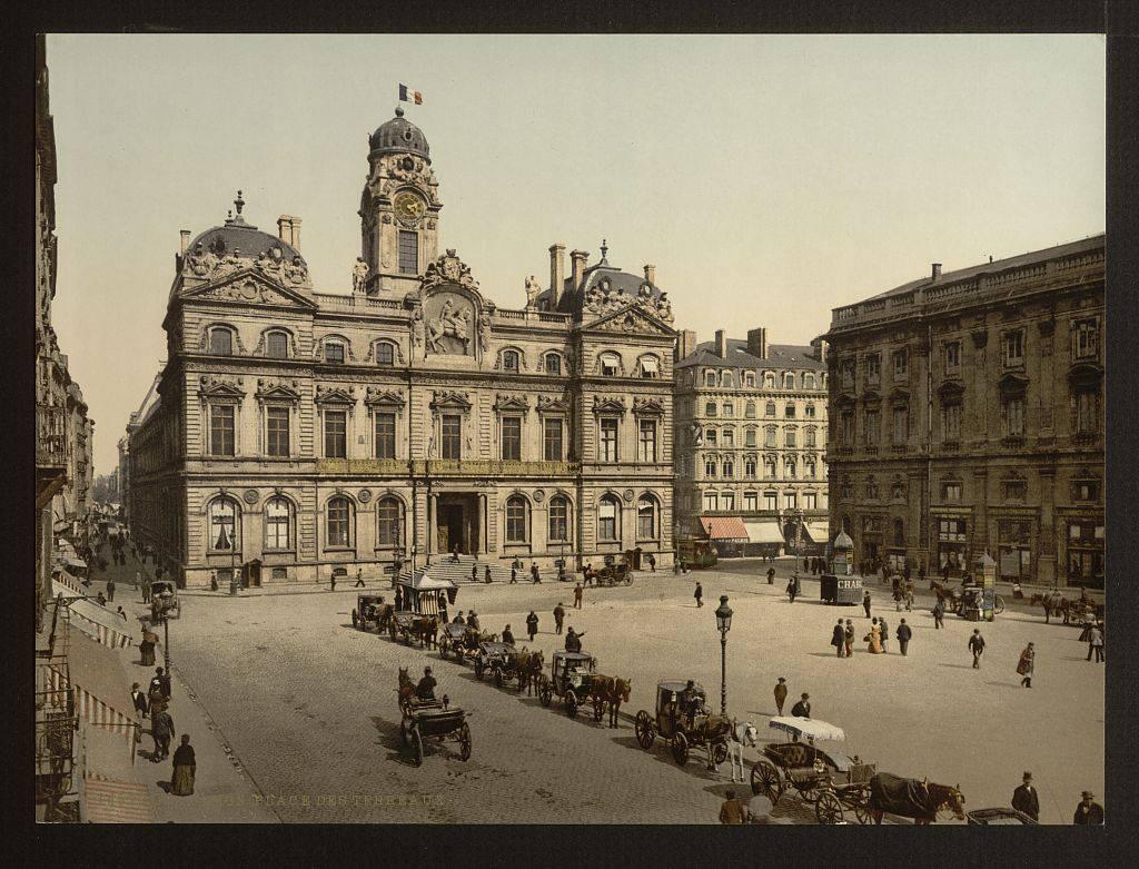 Hotel de ville sur la place des Terreaux à Lyon en 1900.