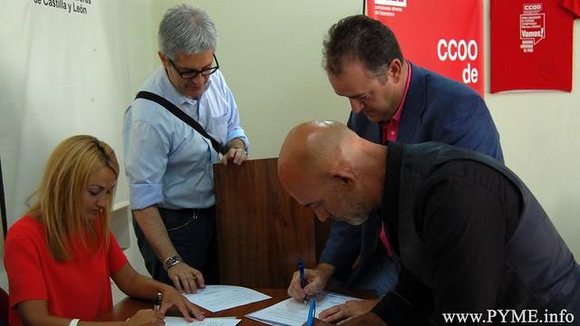 Juan Manuel Gómez, presidente de CONFAES; mparo Sanz, directora general de Trabajo de la Junta de Castilla y León y Emilio Pérez Prieto, secretario general de CCOO de Salamanca firman este Acuerdo por la Diversidad