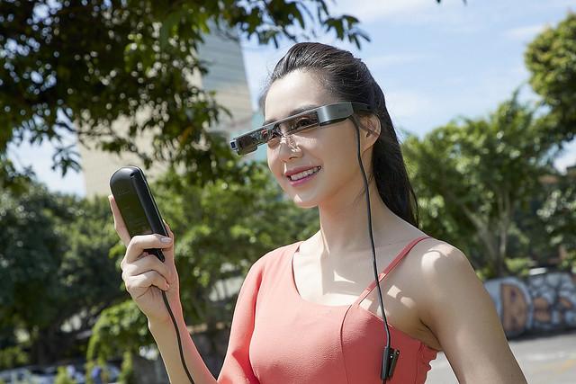 新聞照片二:Epson Moverio BT-300榮獲2017德國紅點產品設計大獎肯定,擁有科技時尚外型設計,搭載矽基OLED顯示器投影系統及HD高畫質影像,完美融合擴增實境影像內容與實地背景,隨時隨地獨享多媒體個人影音娛樂!