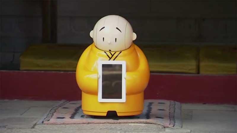 Xian'er Robot Bhiksu dari Vihara Longquan, Beijing, Tiongkok.