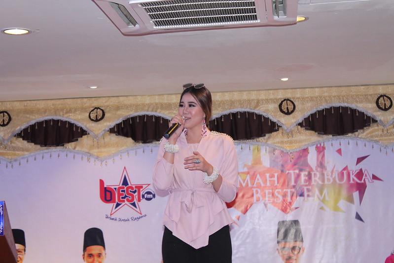 Dewi, artis baru Warner Music