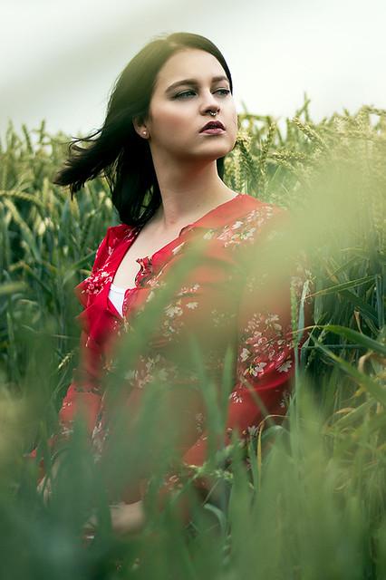 Portraitshooting draußen im Feld mit Blickwinkel Fotografie Vanessa von Wieding in Emmerthal bei Hameln