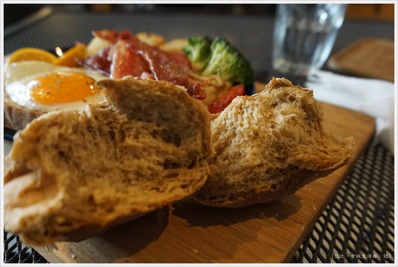 冰河咖啡-貝肯國王的經典早午餐-歐式麵包-1