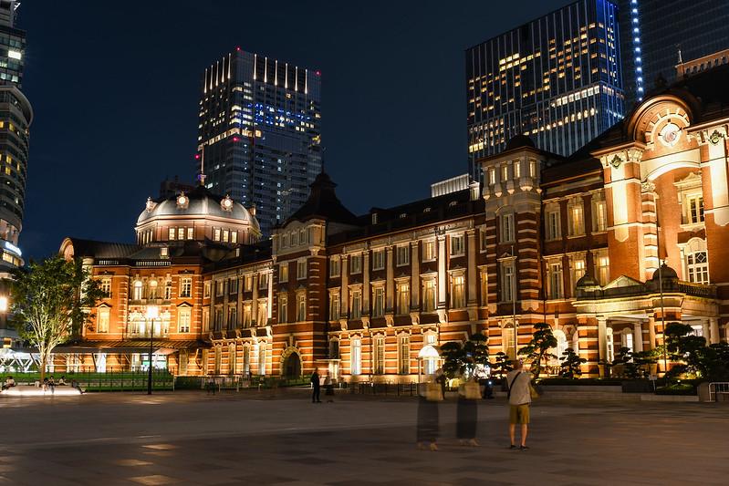 丸の内中央広場から撮影した東京駅