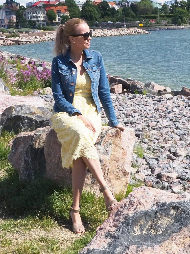 Keltainen midi pitsimekko by Oasis Finland