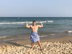 На пляже, немного позёрства) #спорт #болгария #фитнес #фитнесс #левин #актер #актеры #актерыкино #актерскаяжизнь #путешествие #отдых #лето #каникулы #варна #бургас #песок #пляж #море #черноеморе