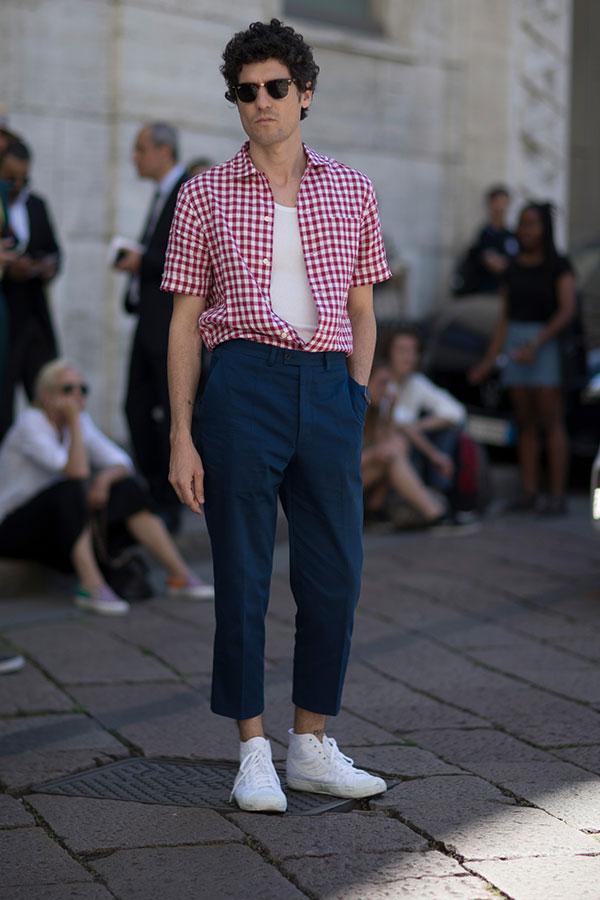 赤白ギンガムチェックシャツ×白タンクトップ×ネイビースラックス×白ハイカットスニーカー