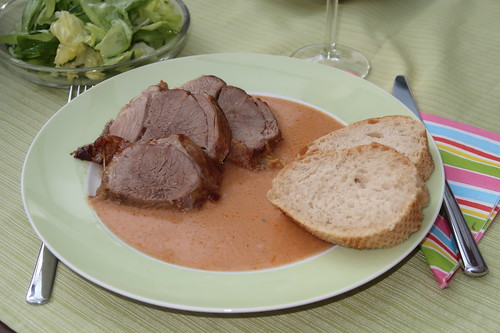 Lammkeule aus dem Römertopf mit grünem Salat und Baguette (mein 1. Teller)