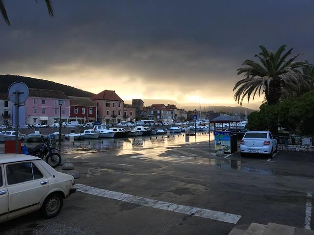 フヴァル島スターリーグラッドの港。海水が溢れてて津波かと思ったけど、違って安心。