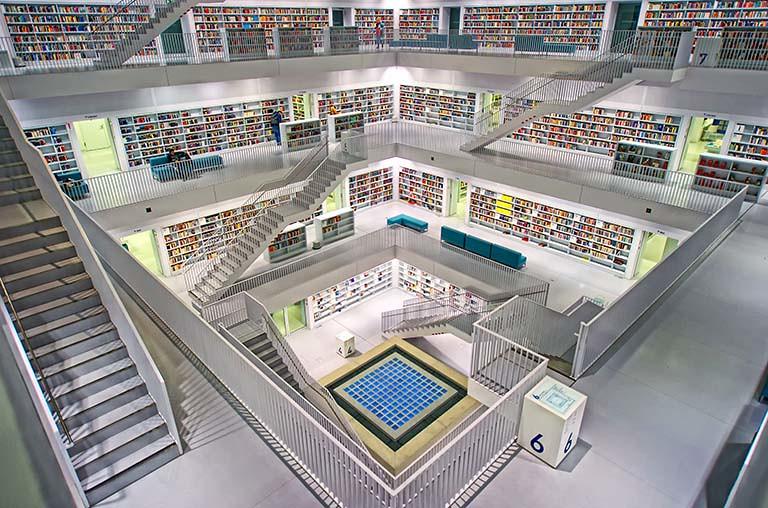 空間開闊的圖書館