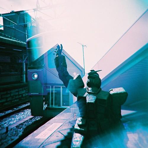 ガンダム銅像x西武2000系