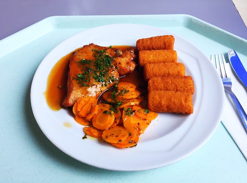 Turkey steak with honey carrots, pepper sauce & croquettes / Putenschnitzel mit Honig-Karotten, dazu Pfeffersauce & Kroketten