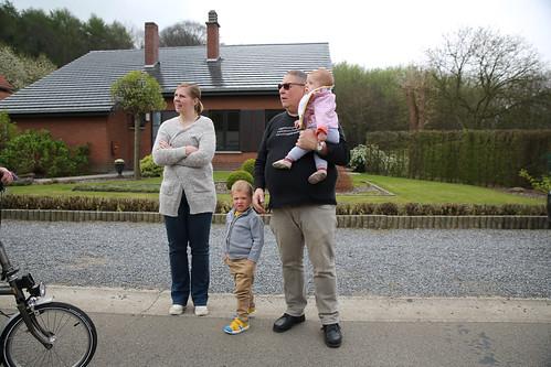 Belgisch gezin bij hun huis