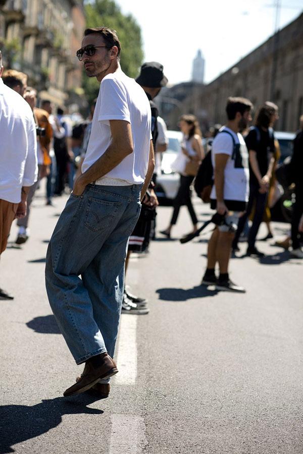 白Tシャツ×デニムパンツ×ブラウンブーツ