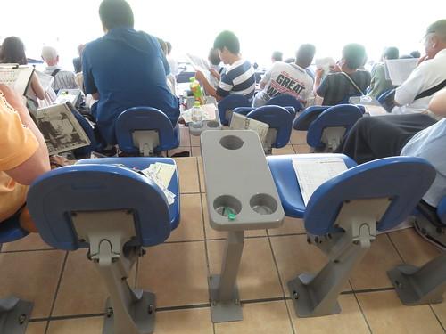 小倉競馬場の一般席の椅子