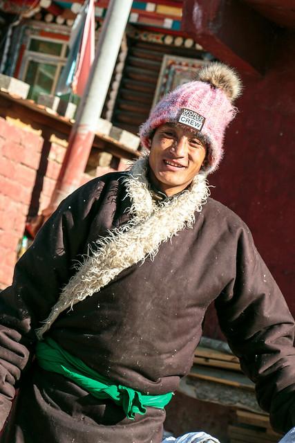 Smiling guy in Yarchen Gar アチェンガルゴンパ 笑顔を向けてくれた男性