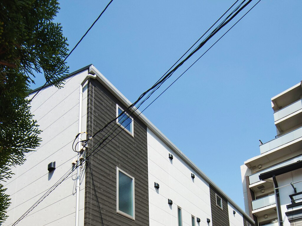 空とアパートメントハウスの屋根
