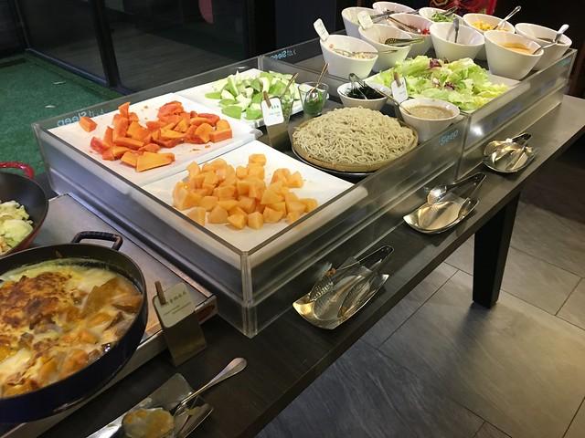 生菜沙拉、涼麵與水果@捷絲旅高雄中正館HAPE主題家庭遊戲房