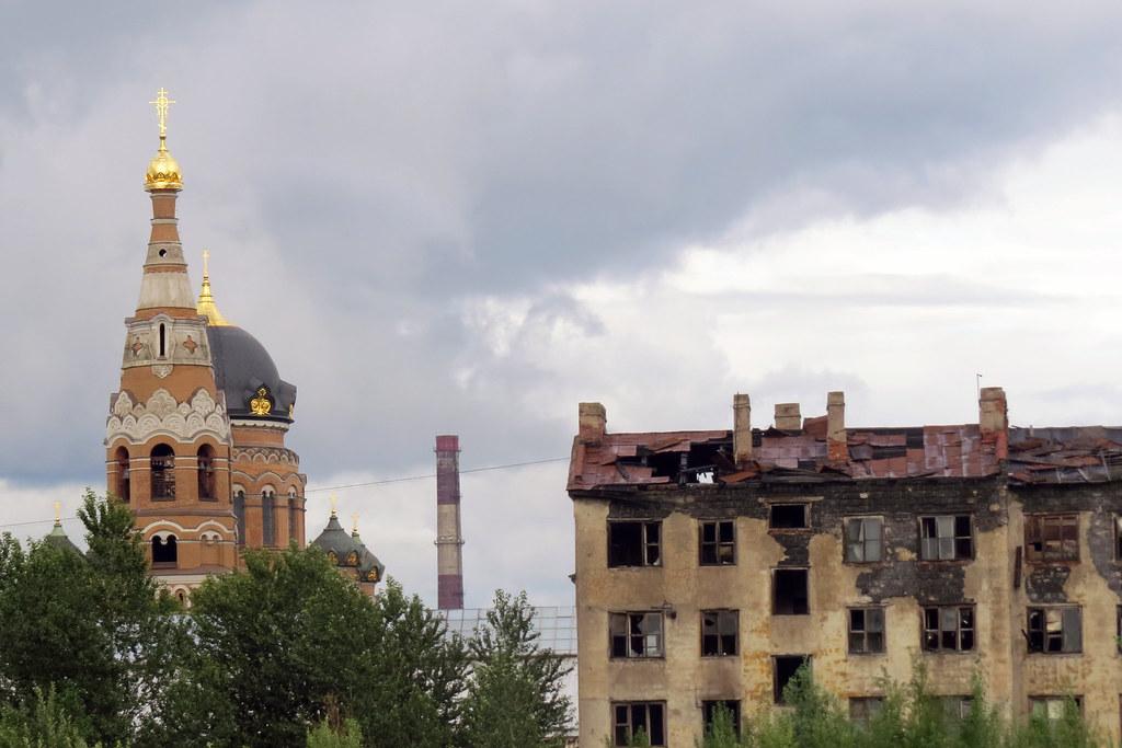 Церковь Воскресения Христова и заброшенный дом