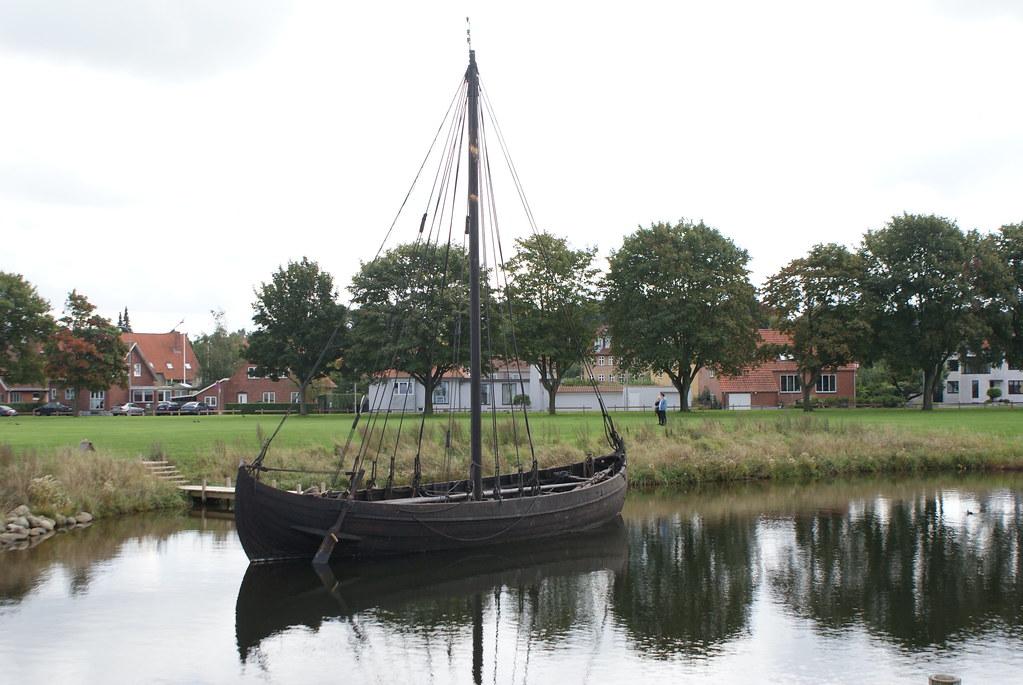 Drakkar viking en face du musées des navires viking près de Copenhague.