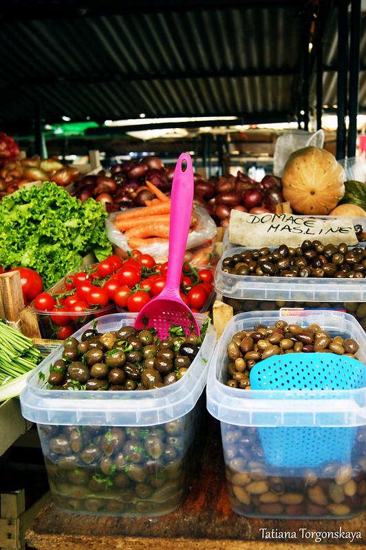 Прилавок с овощами и маслинами