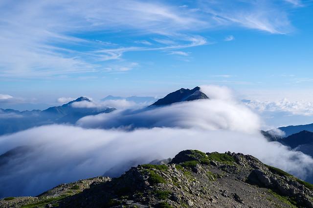 大きな雲波から北岳山頂が顔を出す