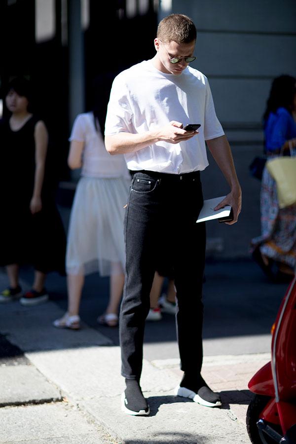 モノトーンコーデ 白無地Tシャツ×ブラックジーンズ×BALENCIAGAスピードトレーナー黒