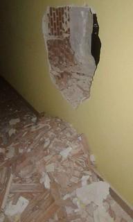 Il muro sfondato di una abitazione