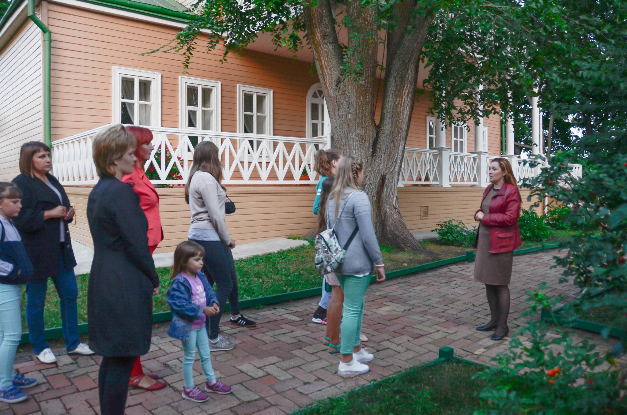 Е.И. Шубенина проводит экскурсию для посетителей акции Ночь кино - 2017
