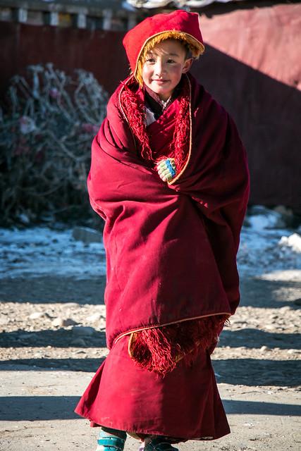 Lovely little nun in Yarchen Gar アチェンガルゴンパ カメラに向かってポーズする可愛いちびっこ尼僧
